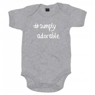 BABY ROMPER #SIMPLY ADORABLE (ALS JE ANDERE TEKSTKLEUR WIL VERMELDEN IN OPMERKING)